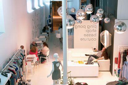 Ping Pong Shop, en el barrio de Triana, combina moda con un bar cafetería en el que se sirven mojitos de fresa.