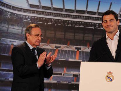 Florentino Pérez aplaude a Iker Casillas al comunicar su baja del Real Madrid en 2015.