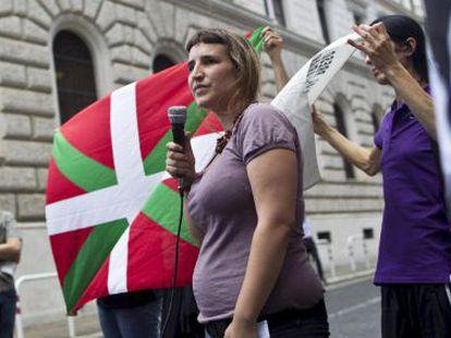 La compañera sentimental de Lander Fernández toma la palabra en una protesta en Roma contra la detención de su pareja.