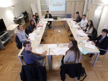 Jóvenes universitarios participan en un proceso de selección.