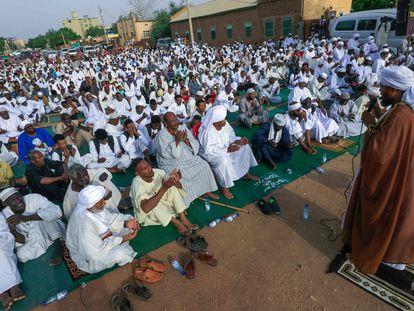 Un grupo de fieles escuchaba el 20 de julio el sermón de un imán en el primero de los dos días de la fiesta del Sacrificio o Aid Al Adha, en un suburbio de Jartum.
