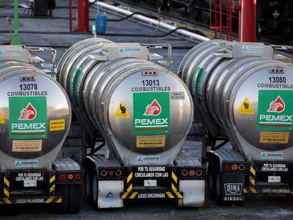 Tanques de combustible de Pemex, en una refinería de Monterrey.