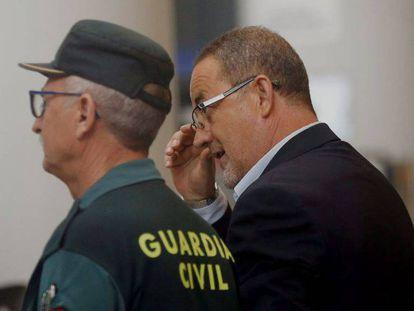 El expresidente del Zaragoza Agapito Iglesias, este martes a su llegada al juicio que se celebra en Valencia. En vídeo, declaraciones de Agapito y Sáinz de Varanda.