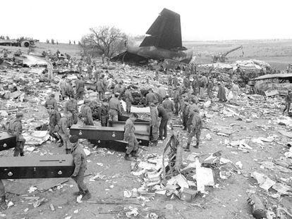 Tareas de rescate de cuerpos de víctimas junto a los restos del Boeing de Avianca que se estrelló en Mejorada del Campo en 1983.