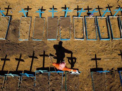 Un trabajador cava tumbas para víctimas de covid-19 en Manaos, Brasil, en junio.