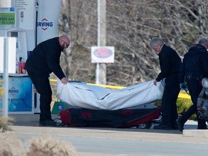 Momento del levantamiento de un cadáver del tiroteo de Nueva Escocia.