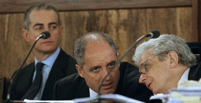 Camps habla con su abogado, Javier Boix, durante el juicio. Al fondo, Ricardo Costa.