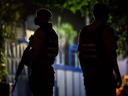 Miembros de la Guardia Nacional Bolivariana (GNB) custodian las inmediaciones del diario venezolano 'El Nacional'.