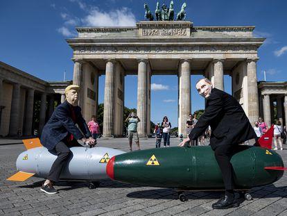 Dos activistas disfrazados de Trump y Putin, en una protesta en Berlín.