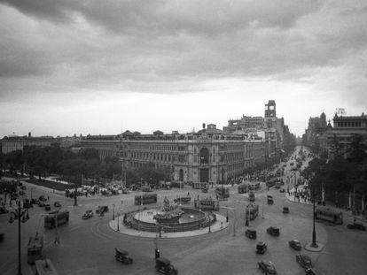 Vista de la circulación en la plaza de Cibeles, en una imagen de julio de 1940. / MIGUEL CORTÉS (EFE)