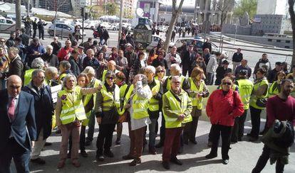 Miembros de la organización de los yayoflautas se reúnen este martes afuera de los juzgados de plaza de Castilla en apoyo a su compañera Eladia Martín.