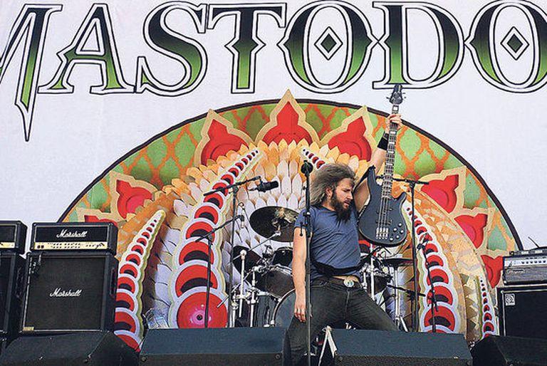 Troy Sanders, bajista de Mastodon, en acción durante el festival Sonisphere de Getafe.