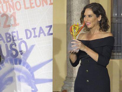 La presidenta de la Comunidad de Madrid, Isabel Díaz Ayuso, recibe el pasado lunes el premio Llama de la Libertad del instituto italiano Bruno Leoni.