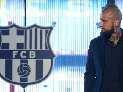 Arturo Vidal posa en el Camp Nou tras firmar con el Barça.