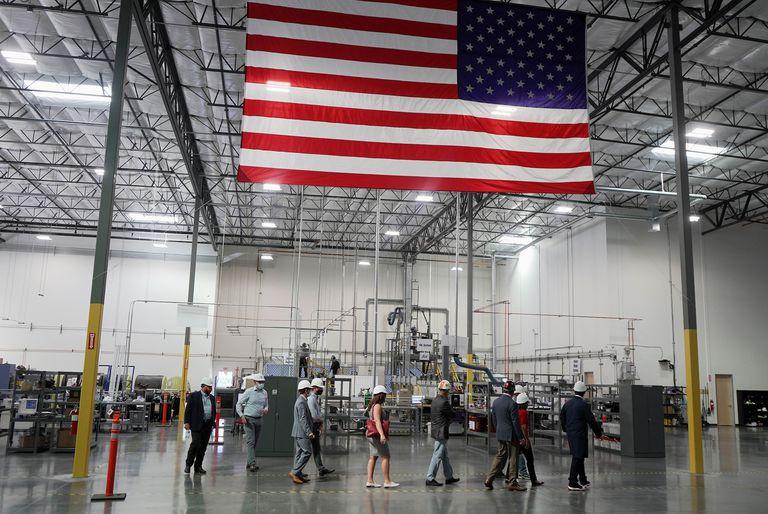 La planta de grafito de la empresa Urbix Resources, fundada por el mexicano Nicolás Cuevas, en la ciudad de Mesa, Arizona, durante una visita de la Senadora Martha McSally en septiembre de 2020.