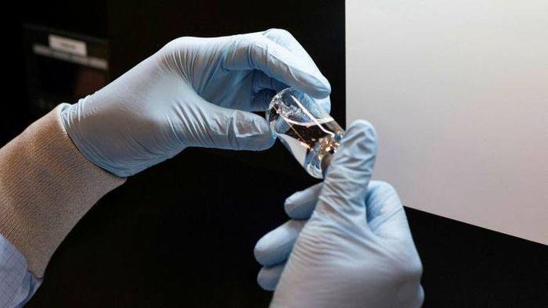 Un trabajador sostiene un fármaco en un laboratorio de la compañía Gilead en Estados Unidos.