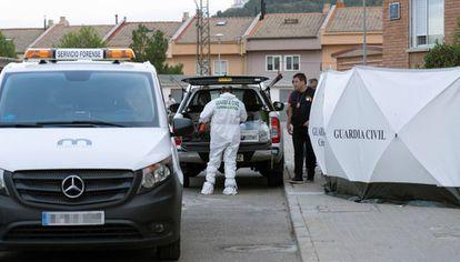 Efectivos de la Guardia Civil trabajan en las inmediaciones de la vivienda.
