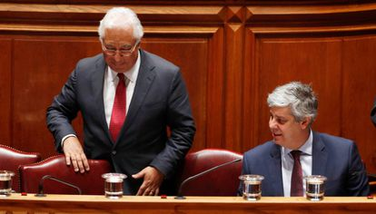 De izquierda a derecha, el primer ministro, António Costa, y el titular de Finanzas, Mário Centeno.