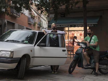 Cristina y Carles, propietarios de dos vehículos sin etiqueta ambiental, que se ven afectados por la entrada en vigor de la norma