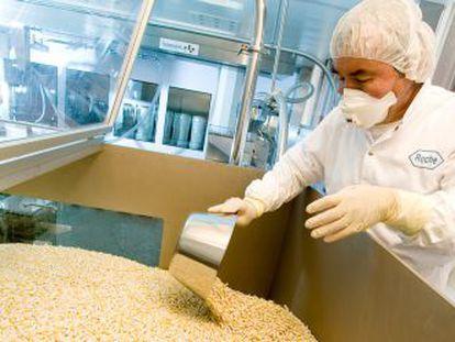 Un operario revisa un lote de cápsulas en la farmacéutica Roche en Basilea (Suiza).