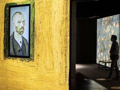 Una de las salas en las que se reproduce un autorretrato de Van Gogh, en el espacio Ibercaja Delicias.