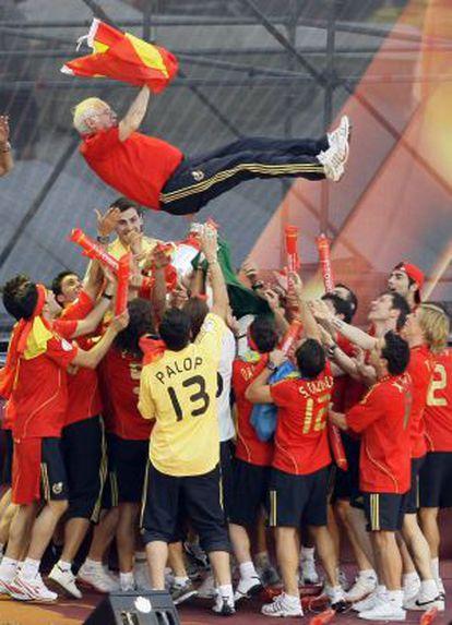 Luis Aragonés manteado por sus jugadores tras ganar la Eurocopa.