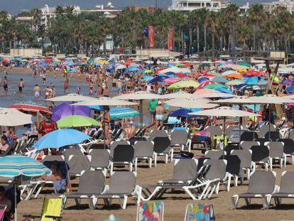 Tumbonas vacían en la playa de Llevant de Salou, el 1 de agosto.