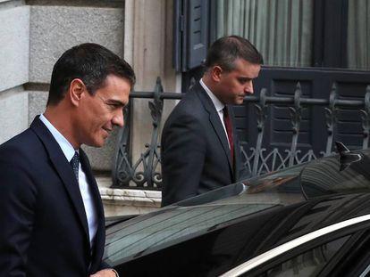Pedro Sánchez acompañado de su Jefe de Gabinete, Iván Redondo.