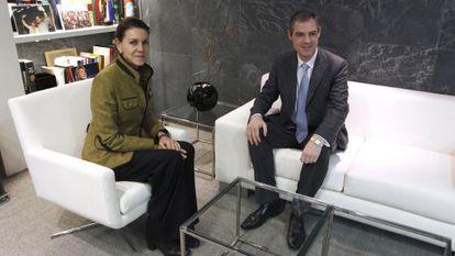La secretaria general del PP, María Dolores Cospedal, con el embajador de Francia en España, Jérôme Bonnafont, durante la reunión de hoy.