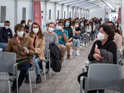 Docentes y trabajadores de centros educativos esperan ser vacunadas en el hospital de campaña de Valencia, el pasado lunes antes de ser suspendida la administración de la AstraZeneca.