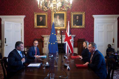 El vicepresidente de la Comisión Europea, Maros Sefcovic (a la izquierda) y el secretario de Estado británico para la UE, David Frost (derecha), durante su reunión en Londres este 9 de junio.