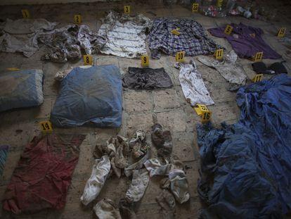 Interior de una habitación en el rancho El Limón, en Tamaulipas, donde se localizaron ropa y objetos de personas desaparecidas.