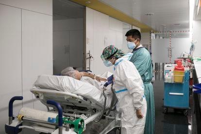 Una sanitaria atiende a un paciente en las urgencias del Hospital del Mar de Barcelona