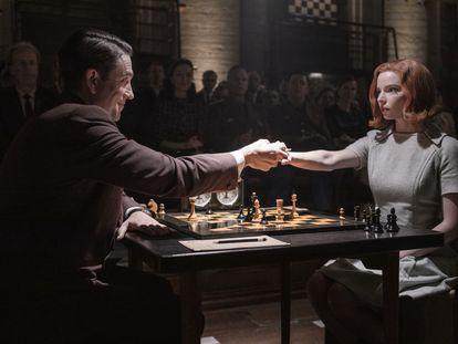 Marcin Dorocinski y Anya Talyor-Joy, en un instante del séptimo capítulo de  'Gambito de dama'