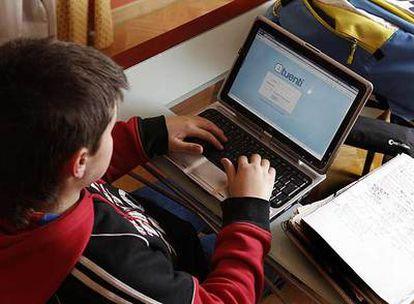Un chico entra en la página de la red social por Internet Tuenti.