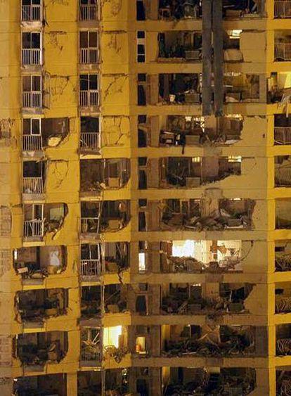 Estado del edificio de la casa cuartel de Burgos poco después de la explosión de un coche bomba en la madrugada de ayer.