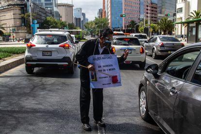Un hombre desempleado pide dinero a los automovilistas en la Ciudad de México en febrero de este año.