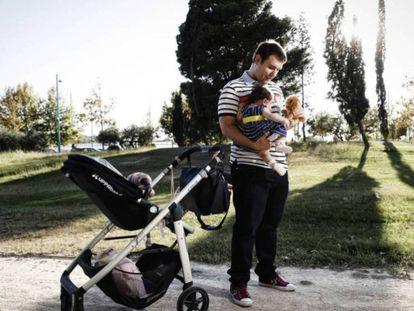 De momento predominan en los medios papeles de padres responsables en el cuidado de sus bebé.