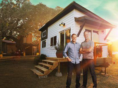 Zack Giffin y John Weisbarth, ante una de sus creaciones en la serie 'Minicasas de ensueño'.
