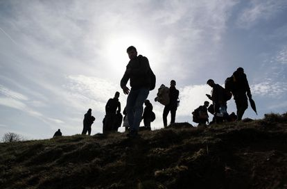 Un grupo de refugiados camina hacia la frontera griega desde la localidad turca de Edirneeste.