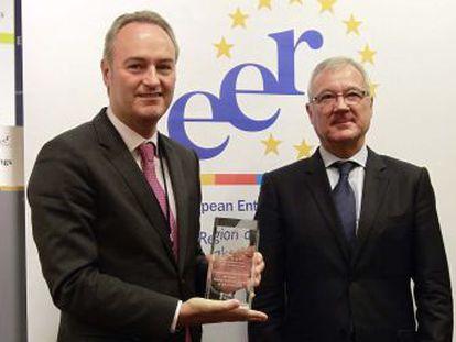 Alberto Fabra recoge de manos de Ramón Luis Valcárcel el premio del Comité de las Regiones al emprendedurismo.