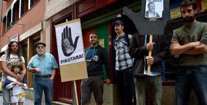 El portavoz de SOS Racismo Álava, Fede García, segundo por la izquierda, comparece junto a inmigrantes en Vitoria.