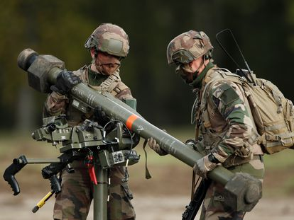 Militares franceses con armamento fabricado por la multinacional MBDA, durante una presentación en Versalles, el pasado mes de octubre.