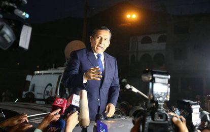 El expresidente peruano Ollanta Humala se dirige a la prensa después de salir de la cárcel.