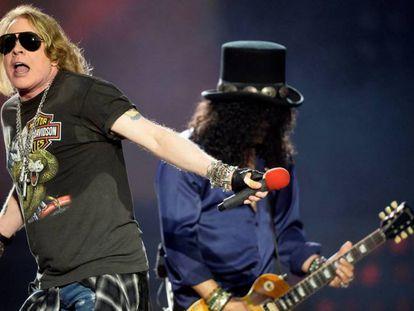 El líder de Guns N' Roses, Axl Rose, y el guitarrista Slash, anoche durante su concierto en el estadio de San Mamés, en Bilbao.