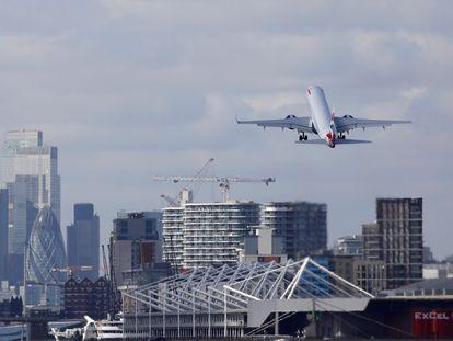 Un avión de British Airways despega desde Londres el 16 de marzo.