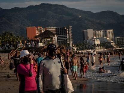 Un grupo de turistas disfrutan las playas de Puerto Vallarta