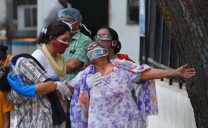 Una mujer llora después de ver el cuerpo de su hijo fallecido por la covid-19 en un depósito de cadáveres de un hospital en Nueva Delhi, India, el 12 de mayo de 2021.