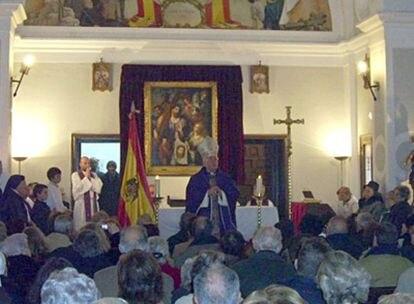 El obispo de Alcalá, José Antonio Reig Pla, celebra una misa en Paracuellos del Jarama con una bandera franquista junto al altar. Imagen obtenida del blog de la Fraternidad de Cristo sacerdote y Santa María Reina