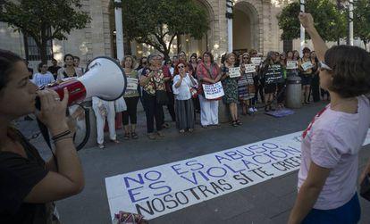 Concentración en Sevilla contra la llamada manada de Manresa.